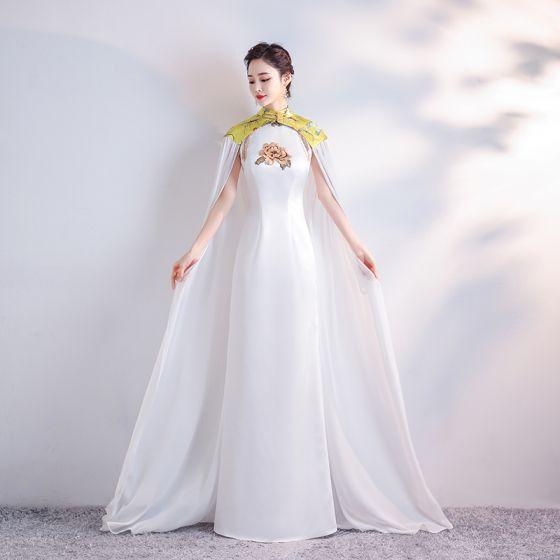 Style Chinois Blanche Satin Cheongsam Avec Châle 2020 Gaine / Ajustement Col Haut Sans Manches Perlage Gland Brodé Fleur Longue Robe De Ceremonie