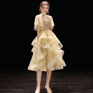 Chic / Belle Champagne de retour Robe De Graduation 2019 Princesse V-Cou Manches Courtes Perlage Thé Longueur Volants en Cascade Dos Nu Robe De Ceremonie