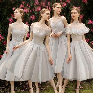 Elegantes Gris Vestidos De Damas De Honor 2019 A-Line / Princess Apliques Con Encaje Flor Té De Longitud Ruffle Sin Espalda Vestidos para bodas