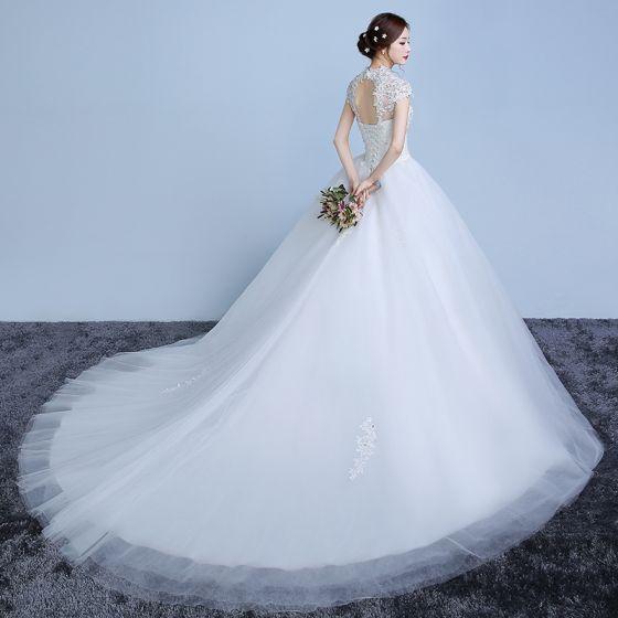Elegante Weiß Brautkleider / Hochzeitskleider 2019 Ballkleid Spitze Blumen Perle Pailletten Stehkragen Kurze Ärmel Rückenfreies Kathedrale Schleppe