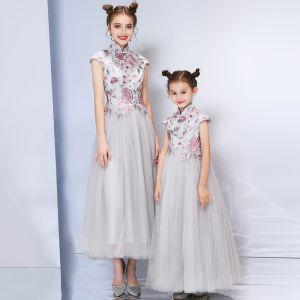 Chinesischer Stil Grau Abendkleider 2019 A Linie Stehkragen Ärmel Stickerei Blumen Strass Knöchellänge Rüschen Festliche Kleider