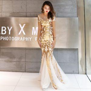 Charmant Gold Abendkleider 2019 Meerjungfrau Rundhalsausschnitt Perlenstickerei Kristall Pailletten Kurze Ärmel Rückenfreies Lange Festliche Kleider
