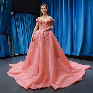 Fantastisk Pärla Rosa Balklänningar 2019 Balklänning Av Axeln Korta ärm Appliqués Blomma Rhinestone Domstol Tåg Ruffle Halterneck Formella Klänningar