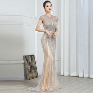 High End Champagner Grau Durchsichtige Abendkleider 2020 Meerjungfrau Rundhalsausschnitt Kurze Ärmel Handgefertigt Perlenstickerei Sweep / Pinsel Zug Festliche Kleider