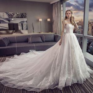 Erschwinglich Ivory / Creme Brautkleider / Hochzeitskleider 2019 A Linie Bandeau Ärmellos Rückenfreies Applikationen Spitze Kapelle-Schleppe Rüschen