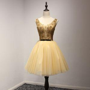 Moderne / Mode Doré Robe De Fete 2017 Robe Boule V-Cou Sans Manches Perlage Cristal Paillettes Métal Ceinture Courte Volants Dos Nu Robe De Ceremonie