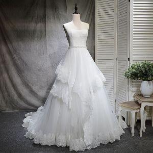 Chic / Belle Blanche Robe De Mariée 2018 Princesse Faux Diamant Paillettes Amoureux Dos Nu Sans Manches Tribunal Train Mariage