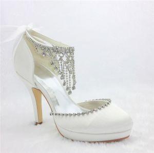 Glamoureux Chaussures De Mariée Blanches Talons Aiguilles En Satin Avec Des Bijoux Pendentif En Strass