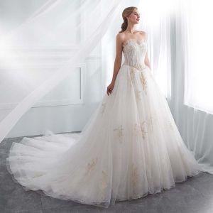 Piękne Białe Suknie Ślubne 2018 Princessa Kochanie Bez Rękawów Bez Pleców Złote Aplikacje Z Koronki Frezowanie Trenem Kaplica Wzburzyć