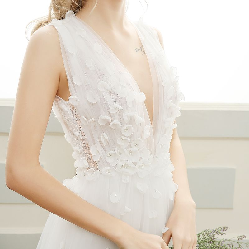 Elegant Beach Wedding Dresses 2017 White A-Line / Princess Sweep Train V-Neck Sleeveless Backless Lace Appliques Pearl
