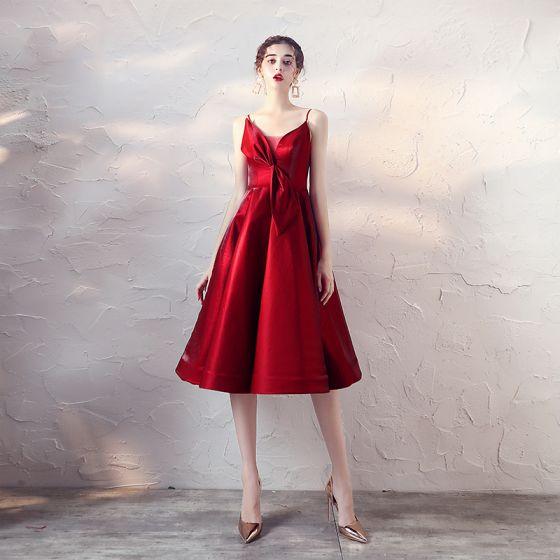 Seksowne Czerwone Satyna Homecoming Sukienki Na Studniówke 2020 Princessa Spaghetti Pasy Bez Rękawów Długość do kolan Wzburzyć Bez Pleców Sukienki Wizytowe