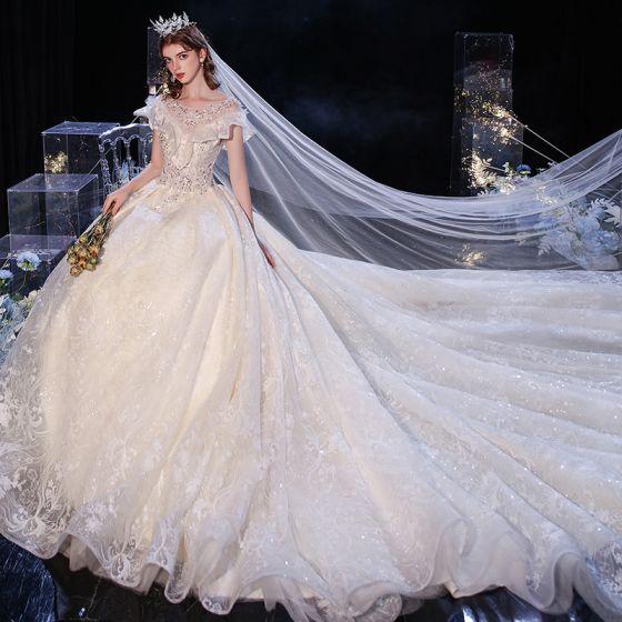Snygga / Fina Champagne Brud Bröllopsklänningar 2020 Balklänning Genomskinliga Urringning Ärmlös Halterneck Appliqués Spets Paljetter Cathedral Train Ruffle
