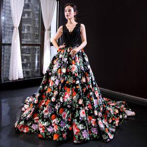 Hada de las flores Negro Floral Vestidos de noche 2020 A-Line / Princess V-cuello Profundo Sin Mangas Apliques Con Encaje Rebordear Perla Bowknot Cinturón Impresión Satén Colas De La Corte Ruffle Sin Espalda Vestidos Formales