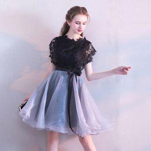 Moderne / Mode Noire de retour Robe De Graduation 2017 Princesse Encolure Dégagée Manches Courtes Ceinture Courte Volants Robe De Ceremonie