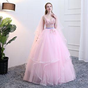 Schöne Pink Quinceañera Ballkleider 2018 Ballkleid Applikationen Perle Stoffgürtel Fallende Rüsche V-Ausschnitt Ärmellos Rückenfreies Lange Festliche Kleider