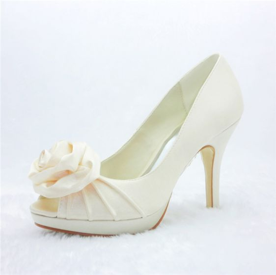 hermosos zapatos de novia de color beige rizan tacones de aguja de