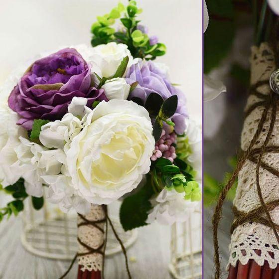 Nostalgie Frais Mariage Blanc Bouquet De Mariée Tenant Des Fleurs Pourpres