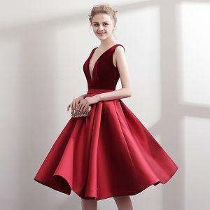Schlicht Burgunderrot Rot Partykleider 2018 A Linie V-Ausschnitt Ärmellos Stoffgürtel Knielang Rüschen Rückenfreies Festliche Kleider
