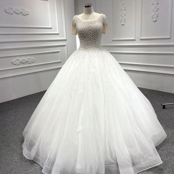 Luxe Blanche La Mariée Robe De Mariée 2020 Robe Boule Encolure Dégagée Manches Courtes Dos Nu Fait main Perlage Perle Longue Volants