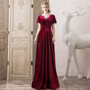 Elegante Burgunderrot Wildleder Abendkleider 2020 A Linie Rundhalsausschnitt Perlenstickerei Kurze Ärmel Rückenfreies Lange Festliche Kleider