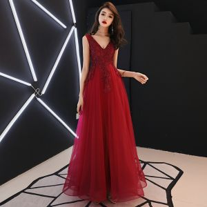 Chic / Beautiful Burgundy Evening Dresses  2019 A-Line / Princess V-Neck Sleeveless Appliques Lace Sequins Beading Floor-Length / Long Ruffle Backless Formal Dresses