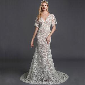 Mode Sexy Weiß Brautkleider / Hochzeitskleider 2020 Meerjungfrau V-Ausschnitt Kurze Ärmel 3D Spitze Durchsichtige Sweep / Pinsel Zug Hochzeit