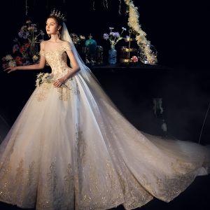 Luxus / Herrlich Champagner Brautkleider / Hochzeitskleider 2019 A Linie Off Shoulder Kurze Ärmel Rückenfreies Applikationen Spitze Perlenstickerei Glanz Tülle Kathedrale Schleppe