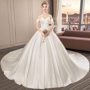 Schlicht Ivory / Creme Satin Brautkleider / Hochzeitskleider 2019 A Linie Off Shoulder Kurze Ärmel Kathedrale Schleppe Rüschen