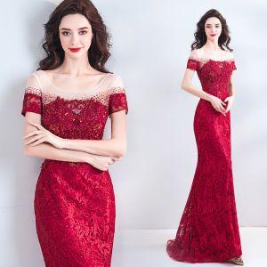 Luksusowe Burgund Sukienki Wieczorowe 2018 Syrena / Rozkloszowane Frezowanie Kryształ Rhinestone Perła Z Koronki Kwiat Wycięciem Bez Pleców Kótkie Rękawy Długie Sukienki Wizytowe