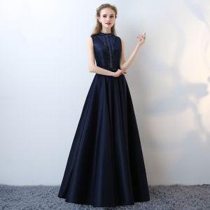 Elegant Mørk Marineblå Selskabskjoler 2017 Ærmeløs Halterneck Perle Strappy Charmeuse Kjoler