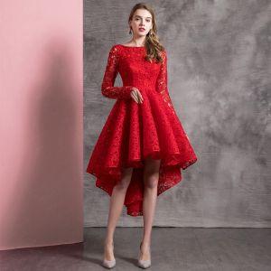 Mooie / Prachtige Effen kleur Rode Cocktailjurken 2019 A lijn Ronde Hals Kanten Bloem Lange Mouwen Asymmetrisch Gelegenheid Jurken