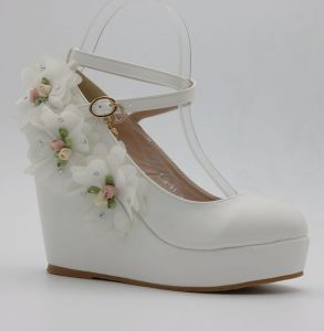 Modern / Fashion White Outdoor / Garden Womens Shoes 2018 Appliques Rhinestone Ankle Strap 9 cm Wedges Round Toe