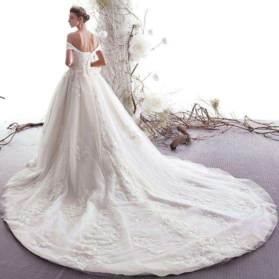 Elegante Ivory / Creme Brautkleider / Hochzeitskleider 2019 A Linie Off Shoulder Perlenstickerei Spitze Blumen Kurze Ärmel Rückenfreies Kathedrale Schleppe
