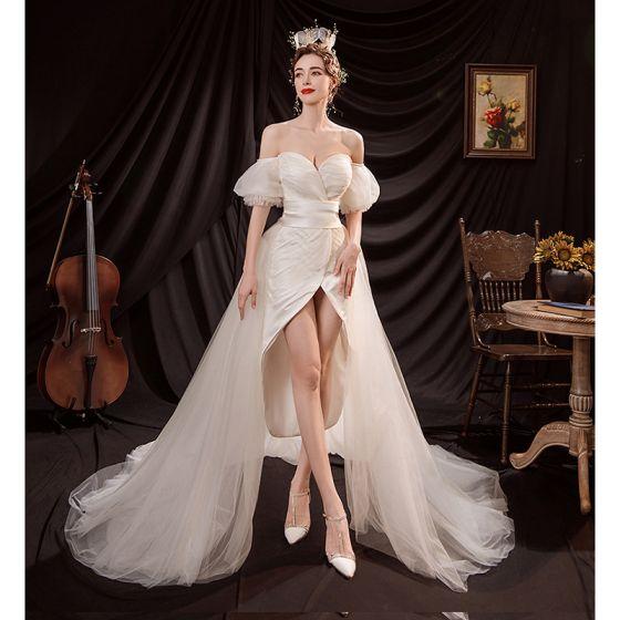 Sexig Hög Låg Elfenben Satin Stranden Bröllopsklänningar 2021 Asymmetrisk Av Axeln Korta ärm Halterneck Rosett Bröllop