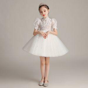 Viktorianischer Stil Weiß Geburtstag Blumenmädchenkleider 2020 Ballkleid Stehkragen Geschwollenes Kurze Ärmel Glanz Tülle Kurze Rüschen