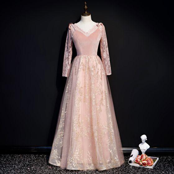 Snygga / Fina Pärla Rosa Vinter Mocka Aftonklänningar 2020 Prinsessa V-Hals Långärmad Appliqués Paljetter Långa Ruffle Halterneck Formella Klänningar