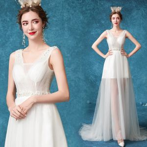 Overkommelige Ivory Strand Brudekjoler 2020 Prinsesse V-Hals Beading Perle Rhinestone Ærmeløs Halterneck Feje tog Bryllup