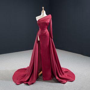 Simple Bordeaux Satin Tapis rouge Robe De Soirée 2020 Princesse Une épaule Manches Longues Fendue devant Tribunal Train Dos Nu Robe De Ceremonie