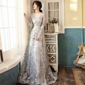 Elegante Grau Durchsichtige Abendkleider 2020 A Linie Rundhalsausschnitt Lange Ärmel Applikationen Spitze Sweep / Pinsel Zug Rüschen Festliche Kleider