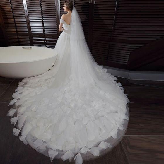 Schöne Saal Brautkleider 2017 Weiß Ballkleid Kathedrale Schleppe Ärmellos Schultern Applikationen Rückenfreies Feder Blumen