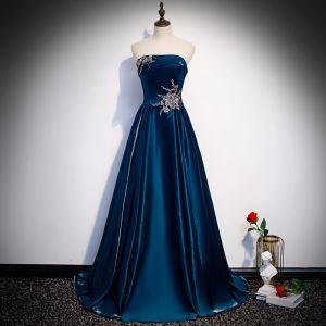 Chic / Belle Bleu D'encre Satin Robe De Soirée 2020 Princesse Bustier Sans Manches Appliques En Dentelle Perlage Longue Volants Dos Nu Robe De Ceremonie