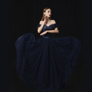 Modern / Fashion Navy Blue Prom Dresses 2018 A-Line / Princess Off-The-Shoulder Short Sleeve Sweep Train Ruffle Backless Formal Dresses