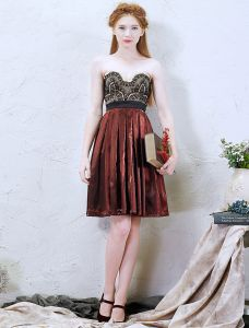 2016 Temperament Sweetheart Black Lace Backless Short Burgundy Pleated Satin Graduation Dress