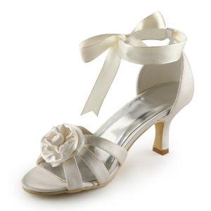 Mooie Peep Toe Midden Hakken Beige Satijnen Sandaaltjes Trouwschoenen Bruidsschoenen Met Bloem