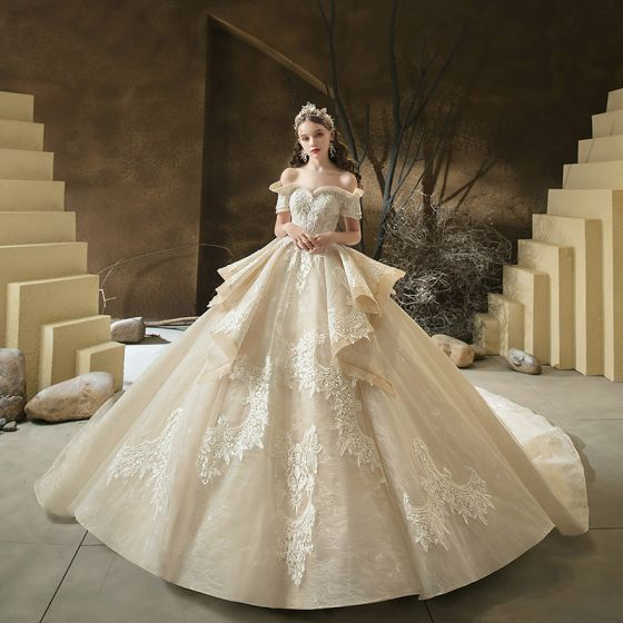 Luxus / Herrlich Champagner Hochzeits Brautkleider / Hochzeitskleider 2020 Ballkleid Off Shoulder Kurze Ärmel Rückenfreies Applikationen Spitze Perlenstickerei Königliche Schleppe Rüschen