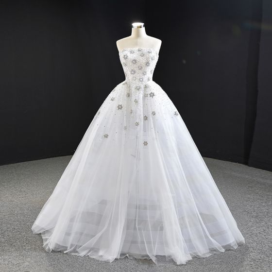 Magnífico Blanco Boda Vestidos De Novia 2020 Ball Gown Sin Tirantes Sin Mangas Sin Espalda Hecho a mano Rebordear Colas De Barrido Ruffle