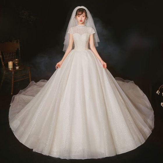 Vintage Ivory / Creme Hochzeits Brautkleider / Hochzeitskleider 2020 Ballkleid Stehkragen Kurze Ärmel Rückenfreies Handgefertigt Perlenstickerei Glanz Tülle Kathedrale Schleppe Rüschen