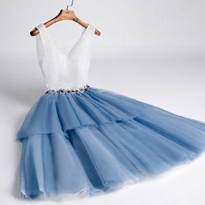 Dwa kolory Ciemnoniebieski Sukienki Koktajlowe 2020 Princessa V-Szyja Bez Rękawów Rhinestone Szarfa Cekinami Poliester Długość do kolan Wzburzyć Bez Pleców Sukienki Wizytowe