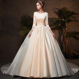 Vintage Ivory / Creme Satin Winter Brautkleider / Hochzeitskleider 2019 Ballkleid Rundhalsausschnitt 3/4 Ärmel Applikationen Spitze Kathedrale Schleppe Rüschen
