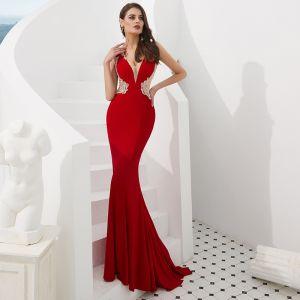 Luxus / Herrlich Rot Durchsichtige Abendkleider 2019 Meerjungfrau V-Ausschnitt Ärmellos Perlenstickerei Sweep / Pinsel Zug Rüschen Festliche Kleider